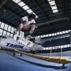 8 skateboarderi au luat cu asalt hangarul Tarom pentru o sesiune inedita pe placa