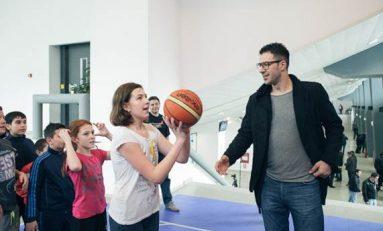 """Virgil Stănescu şi colegii săi de la Steaua îi învaţă baschet pe elevi în cadrul programului """"Şcoala altfel"""""""