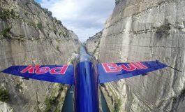 În premieră mondială, zbor periculos printre malurile Canalului Corint
