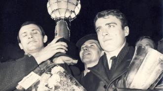 Gheorghe Gruia și Cornel Oțelea purtând Cupa Campionilor Europeni la handbal (1968)