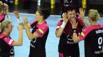 Jucatoarele echipei HCM Baia Mare aplauda in finalul meciului cu HC Thuringer, penultimul din grupa A a Ligii Campionilor, la Baia Mare, duminica, 10 noiembrie 2013. ALEKSANDAR DJOROVIC / MEDIAFAX FOTO