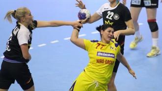 Manea Oana, de la nationala Romaniei, suteaza in meciul cu Germania, din cadrul Campionatului Mondial de Handbal, desfasurat in Serbia, marti, 10 decembrie 2013. SEBASTIAN TATARU / MEDIAFAX FOTO