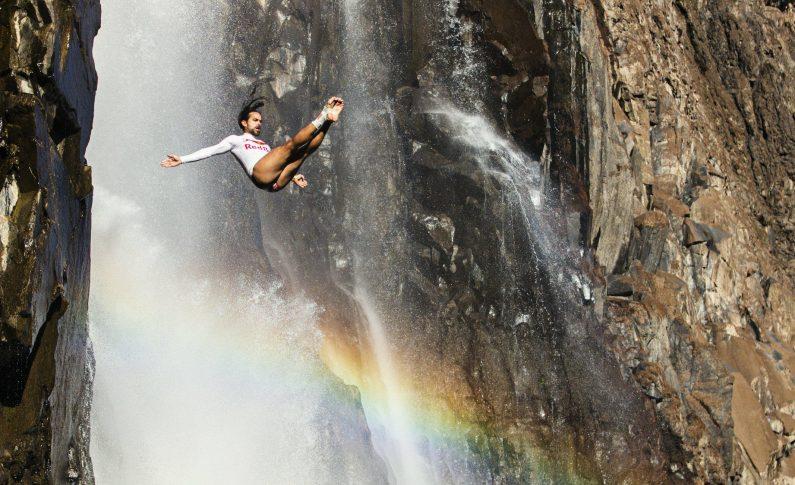 Premieră mondială: Săritură în apă de la 30 de metri, printre crocodili și pești tigru