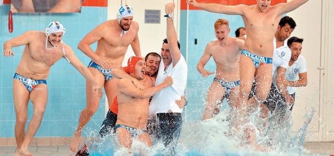 Poloistii stelisti se bucura alaturi de antrenorul lor Andrei Iosep dupa castigarea campionatului