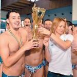 Camelia Potec ofera trofeul campioanei Romanei capitanului Stelei