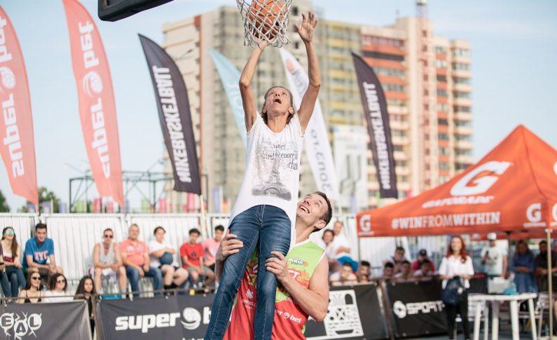 Dacă meciurile de baschet 3x3 sunt un sprint de 10 minute, Superbet Galați Streetball a fost un adevărat maraton de două zile, cu peste 200 de participanți, 98 de meciuri, 16 ore de competiție și un moment cu adevărat unic. Maratonista Alina Tecuț, participantă la Jocurile Olimpice de la Sydney, a reușit un slam-dunk cu sprijinul lui Adrian Guțoaia, fostul component al naționalei de baschet a României.