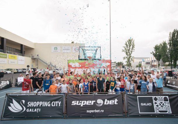 Invitată specială la Superbet Galați Streetball, atleta care are în palmares 9 maratoane câștigate a demonstrat că se descurcă de minune și cu mingea de baschet și le-a urat jucătorilor de baschet 3x3 să ajungă să reprezinte România la Jocurile Olimpice, așa cum a facut-o la rândul ei în carieră.