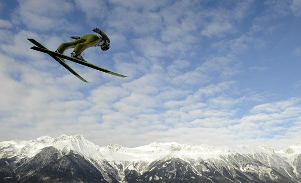 Lidera Cupei Mondiale de sărituri cu schiurile câștigă prima etapă de la Râșnov