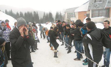 """""""Serbările Zăpezii 2013"""", joacă de la săniuţe până la rugby-tag"""