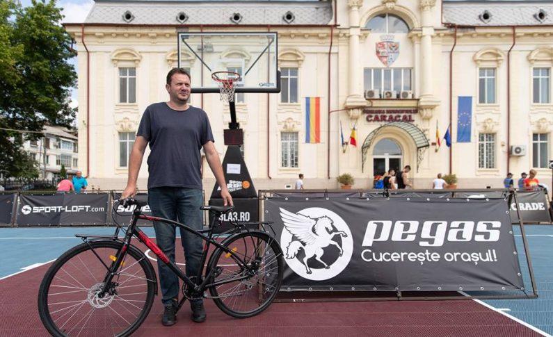 Pe lângă premiile oferite, campionii au fost răsplătiți cu inedite trofee realizate din ceramică de către maestrul în olărit Ionel Cococi din Vadastra. Fostul jucător profesionist de baschet Lucian Mușat, care în prezent pregătește mai multe grupe de copii în cadrul clubului ASC Dream Team, singurul din județul Olt afiliat la Federația Română de Baschet, a fost premiat cu o bicicletă în cadrul campaniei Pegas premiază excelența, inițiată de Sport Arena Streetball în parteneriat cu tradiționalul brand românesc de biciclete.
